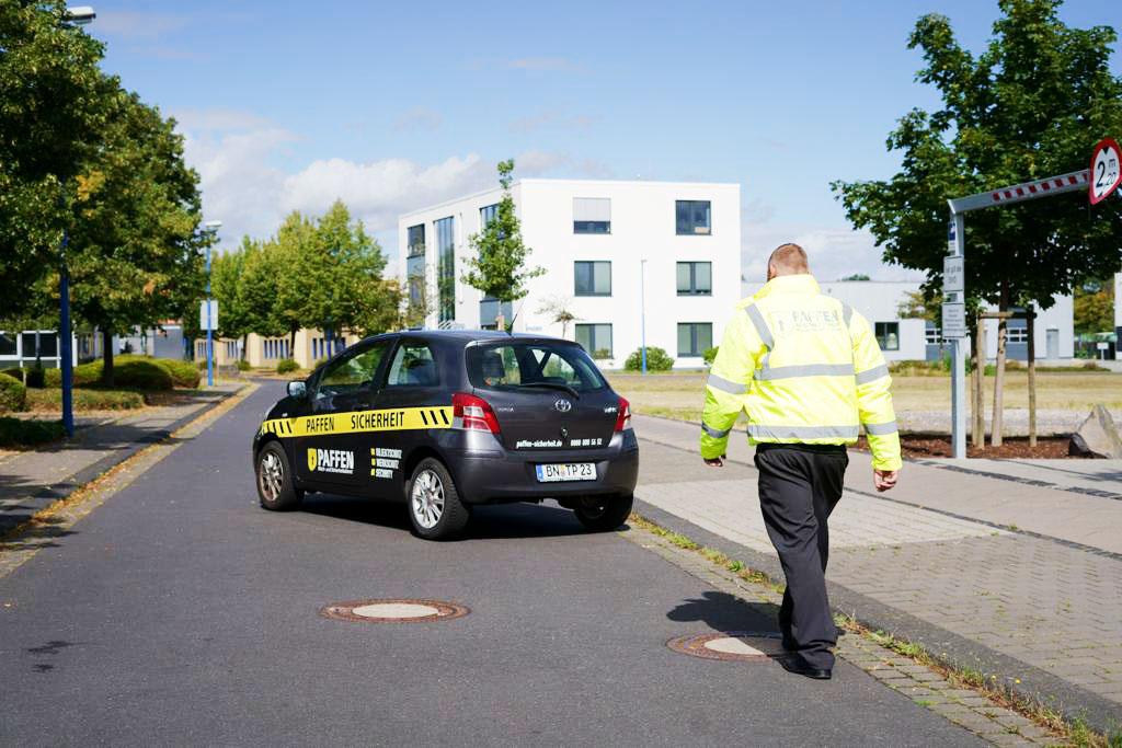 Fahrzeigstreife mit Dienstwagen